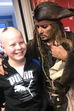 Johnny Depp visita crianças doentes vestido de Jack Sparrow