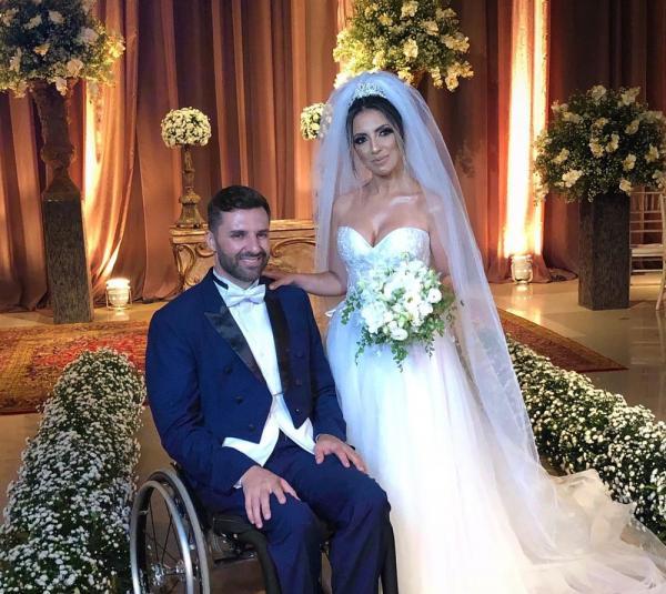 Noivo se levanta de cadeira de rodas com a ajuda do pai e padrinhos para dançar com a noiva em MT; veja vídeo