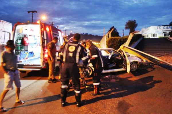 Condutor perde controle e colide contra muro de empresa