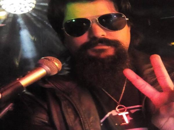 Douglas Brito (Raul Seixas cover) é agredido por empresários em bar de Foz do Iguaçu
