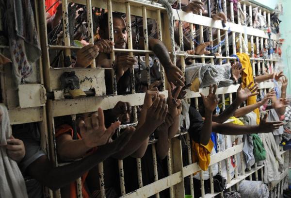 Brasil enfrenta superlotação carcerária e ''epidemia de violência doméstica'', diz Human Rights Watch