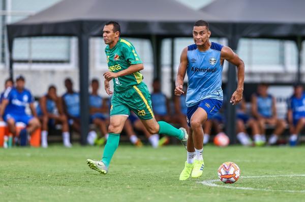 Aposta de Renato, Thonny brilha em teste e inicia o ano como centroavante do Grêmio
