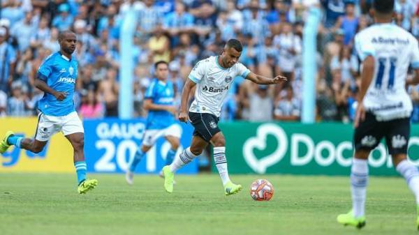 Grêmio goleia o Novo Hamburgo e larga bem no Gauchão