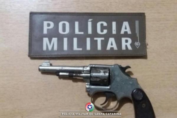 Homem é preso e arma de fogo é apreendida, após discussão entre vizinhos