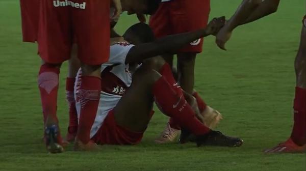 Emerson Santos sofre entorse no tornozelo em comemoração e desfalca Inter por 10 dias