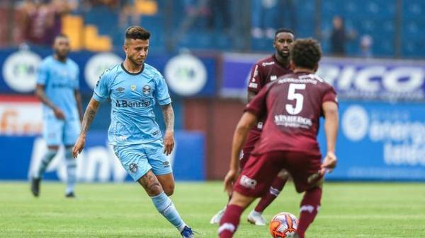Com dois de Pepê e primeiro de Vizeu, Grêmio vence o Caxias com reservas e dispara na liderança