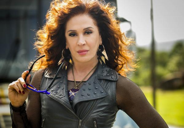 Claudia Raia é Lidiane, uma ex-atriz de pornochanchada em 'Verão 90' — Foto: Globo/João Co