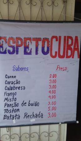 ''Tantas pessoas doentes precisando de médico e aqui tem dois vendendo espetos'', desabafa cubano que ficou no Brasil