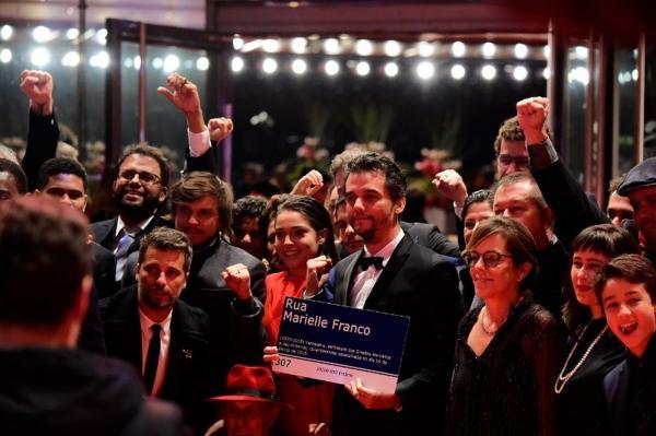 Wagner Moura lança 'Marighella' no festival de Berlim e posa com placa de Marielle Franco