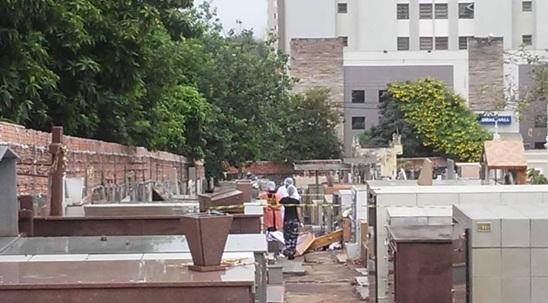 Túmulos de duas mulheres são violados e corpo é encontrado na calçada