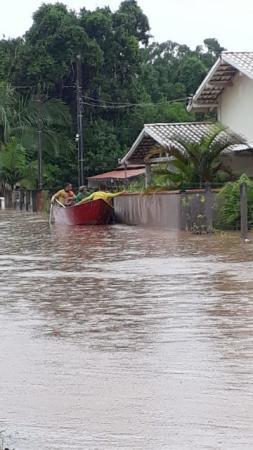 Chuva causa transtornos e alagamentos em SC; famílias são retiradas de casas em barcos