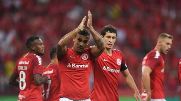 Com um a menos, Inter sofre, mas faz gol no fim e ganha do Caxias no Beira-Rio