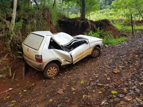 Veículo tomba sobre o condutor após acidente na PR-483