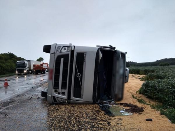 Caminhão tomba na PRC-280