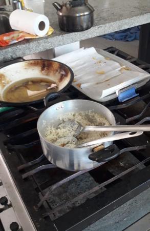 Escola é arrombada, e vândalos cozinham arroz e fritam batatas