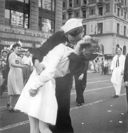 Morre homem identificado como marinheiro de foto símbolo do fim da 2ª Guerra Mundial