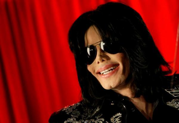 Michael Jackson sorri durante entrevista coletiva na O2 Arena, em Londres — Foto: REUTERS / Stefan Wermuth