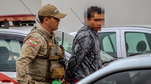 Homem é preso em flagrante após arrombar veículo e furtar bolsa