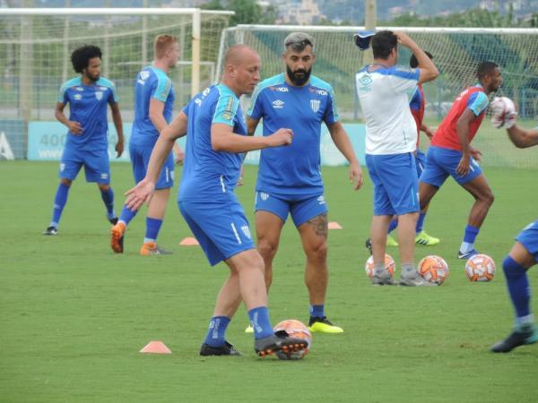 Marquinhos e Douglas em treinamento no Avaí — Foto: Robson Boamorte