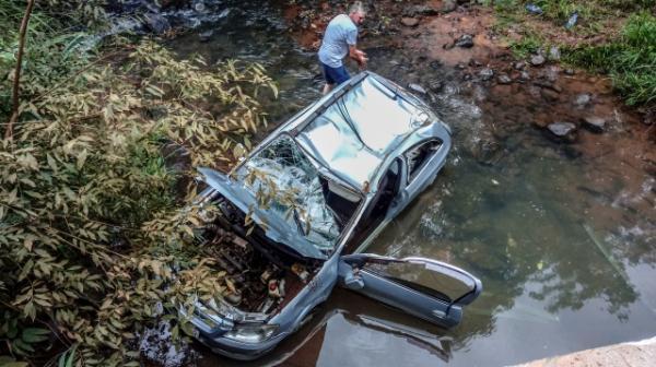 Carro capota em riacho e quatro pessoas ficam feridas