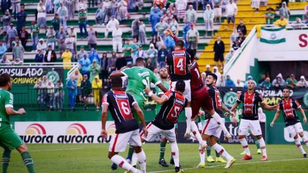 Hugo Almeida faz no final, e Joinville vence a Chape fora de casa