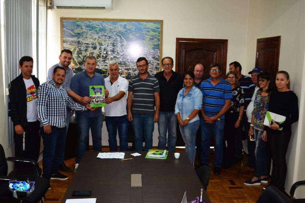 Evandro Roman em ato de entrega da emenda, juntamente com lideranças e funcionários de Barracão/Foto:Marcos Prudente