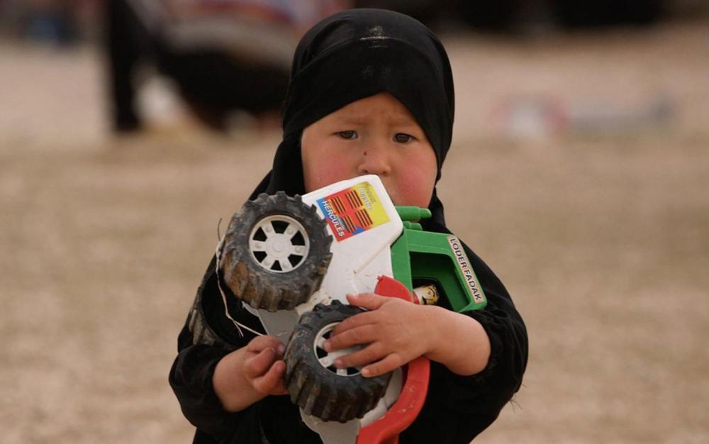Crianças vivem com as mães no campo de refugiados, onde a ideologia do EI persiste em meio a parte dos seguidores — Foto: BBC