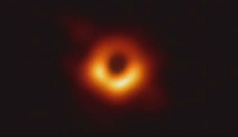 Primeira imagem já registrada de um buraco negro é divulgada por astrônomos — Foto: Reprodução/National Science Foundation/Event Horizon Telescope