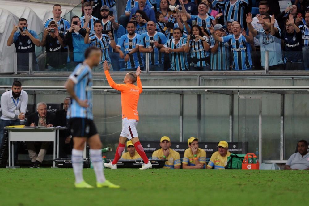 D'Alessandro faz gestos para a torcida do Grêmio ao ser expulso no Gre-Nal — Foto: Wesley Santos/Agência PressDigital