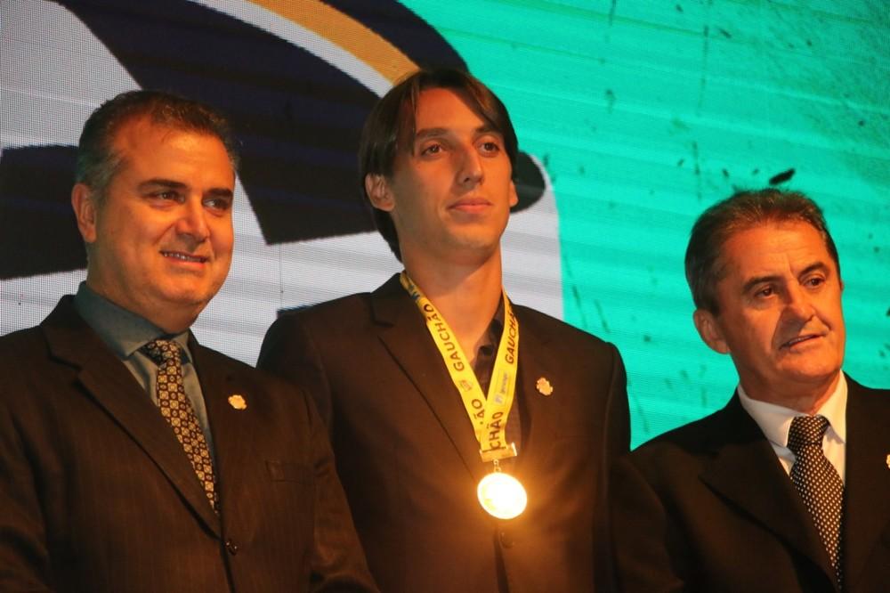 Geromel recebeu prêmio de melhor zagueiro do Gauchão — Foto: Matheus Beck / GloboEsporte.com
