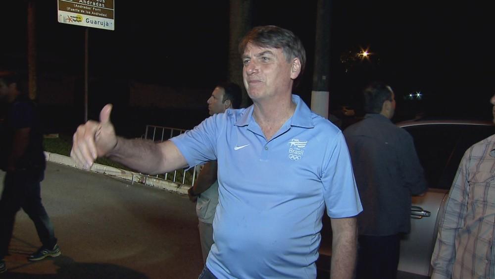 O presidente Jair Bolsonaro fala com a imprensa após saída do Forte dos Andradas, em Guarujá, SP — Foto: Hélio Oliveira/TV Tribuna