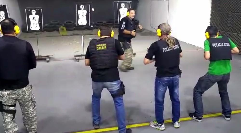 Instrutor de tiro da Polícia Civil do Paraná aparece em frente à linha de tiro em treinamento — Foto: Reprodução/RPC