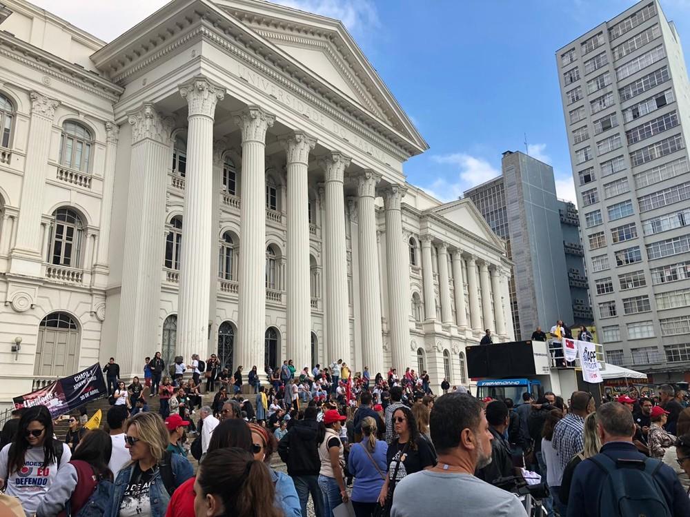 Professores da rede estadual de ensino do Paraná fazem manifestação contra congelamento de salários. — Foto: Amanda Menezes/RPC