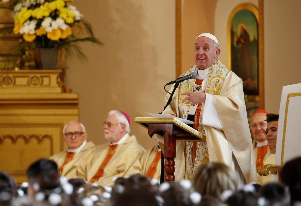 Papa Francisco celebra Primeira Comunhão na Igreja Sagrado Coração de Jesus em Rakovski, Bulgária, nesta segunda-feira (6) — Foto: Yara Nardi/Reuters