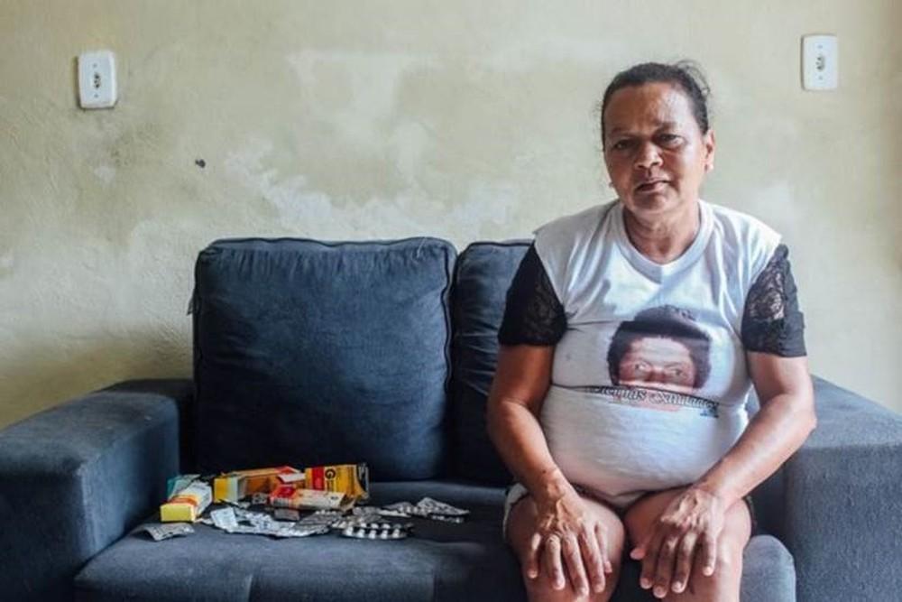 Josilene, que espera desde janeiro por resposta do INSS, precisa de R$ 400 por mês só para os remédios — Foto: MATHEUS MELO/BBC NEWS BRASIL