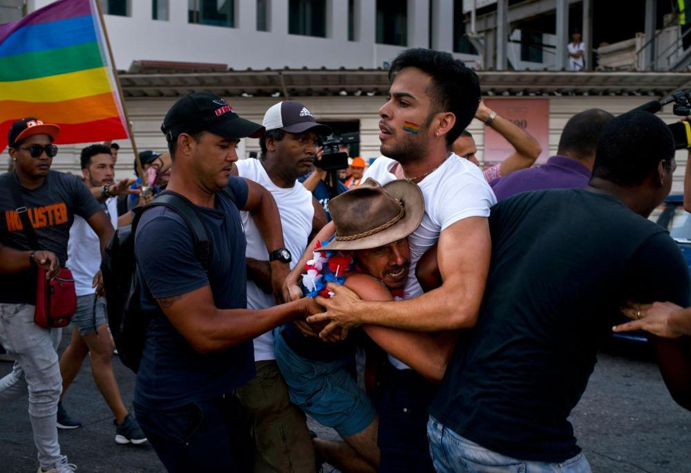 Policiais em traje de civis prendem ativista que participava de marcha em favor dos direitos da comunidade LGBT, em Havana, no sábado (11) — Foto: Ramon Espinosa/ AP