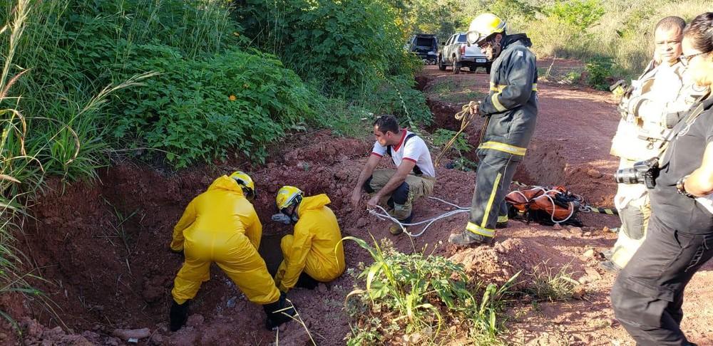 Corpo de bombeiros e Polícia Civil encontraram o corpo em tubulação de esgoto no Itapoã — Foto: PCDF/Divulgação