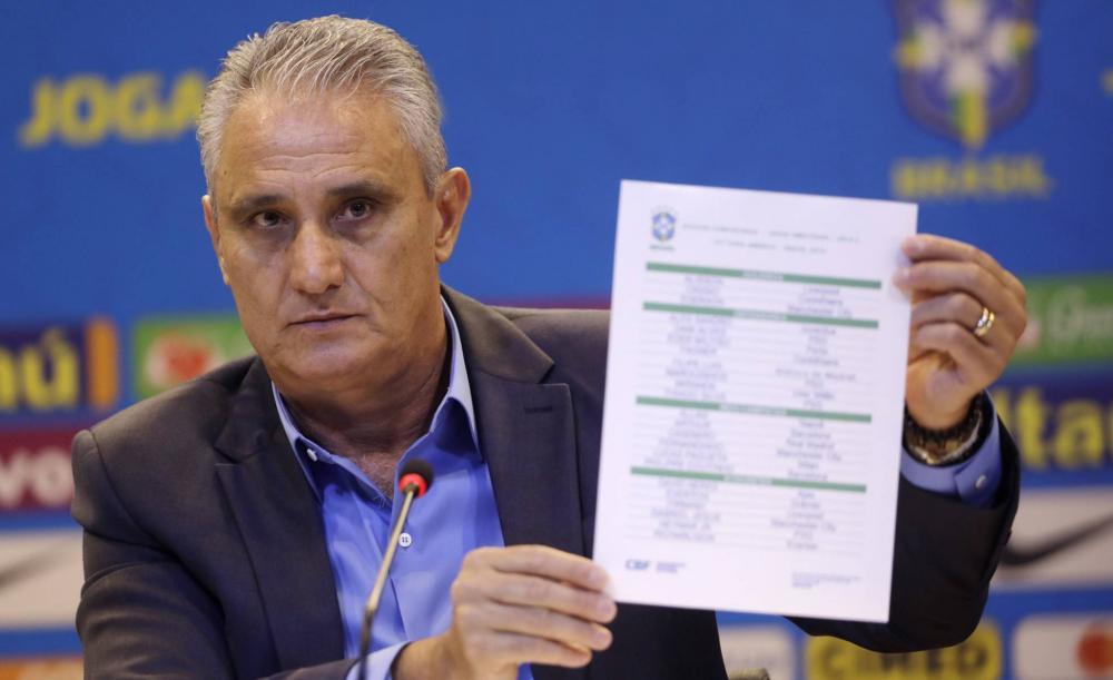 Tite segura a lista de convocados para a Copa América 2019. SILVIA IZQUIERDO AP