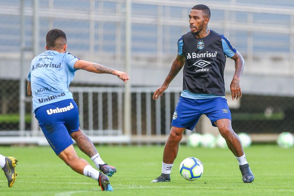 Paulo Miranda chegou a treinar com bola, mas voltou a sentir — Foto: Lucas Uebel/Grêmio