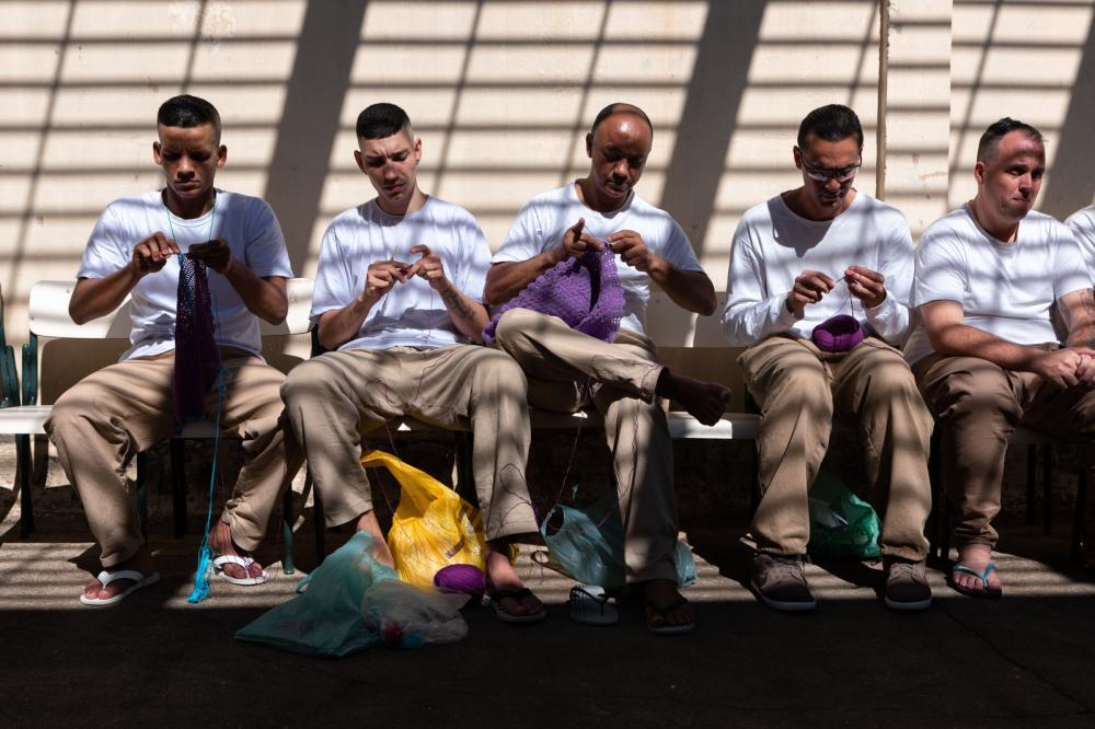 Detentos fazem peças em crochê momentos antes do desfile na penitenciária Adriano Marrey, em Guarulhos (SP) — Foto: Marcelo Brandt/G1