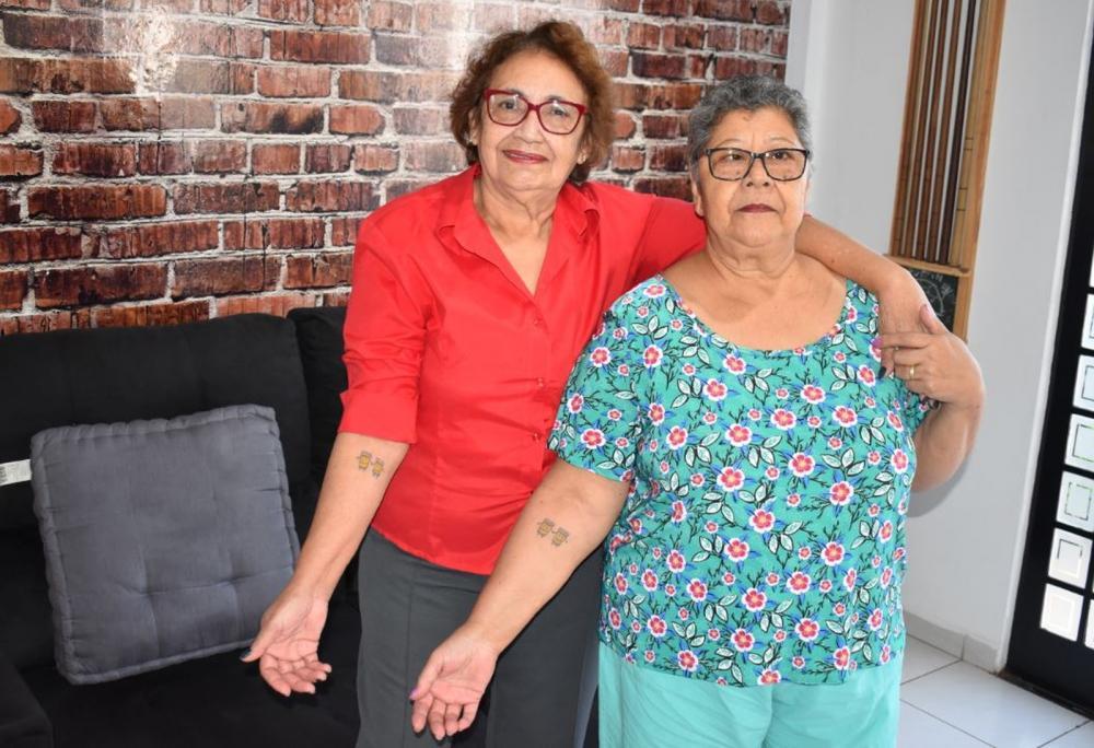 Ilda e Therezinha (de vermelho) fizeram tatuagem para comemorar os 30 anos de amizade — Foto: Marcello Carvalho/G1