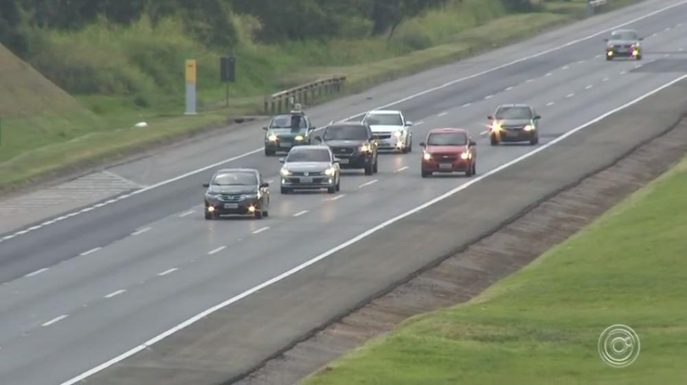 Lei atual exige farol aceso nas estradas — Foto: Reprodução/TV TEM