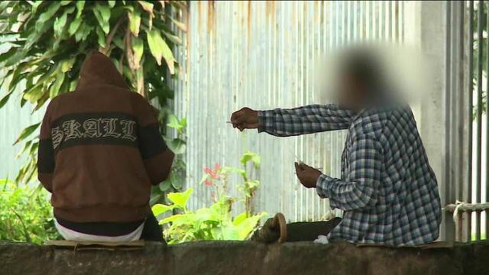 Imagem mostra venda e consumo de drogas na Lapa, região central do Rio — Foto: Reprodução/GloboNews