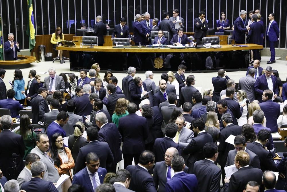Deputados e senadores reunidos no plenário do Congresso durante a sessão conjunta desta terça-feira (11) — Foto: Luis Macedo/Câmara dos Deputados