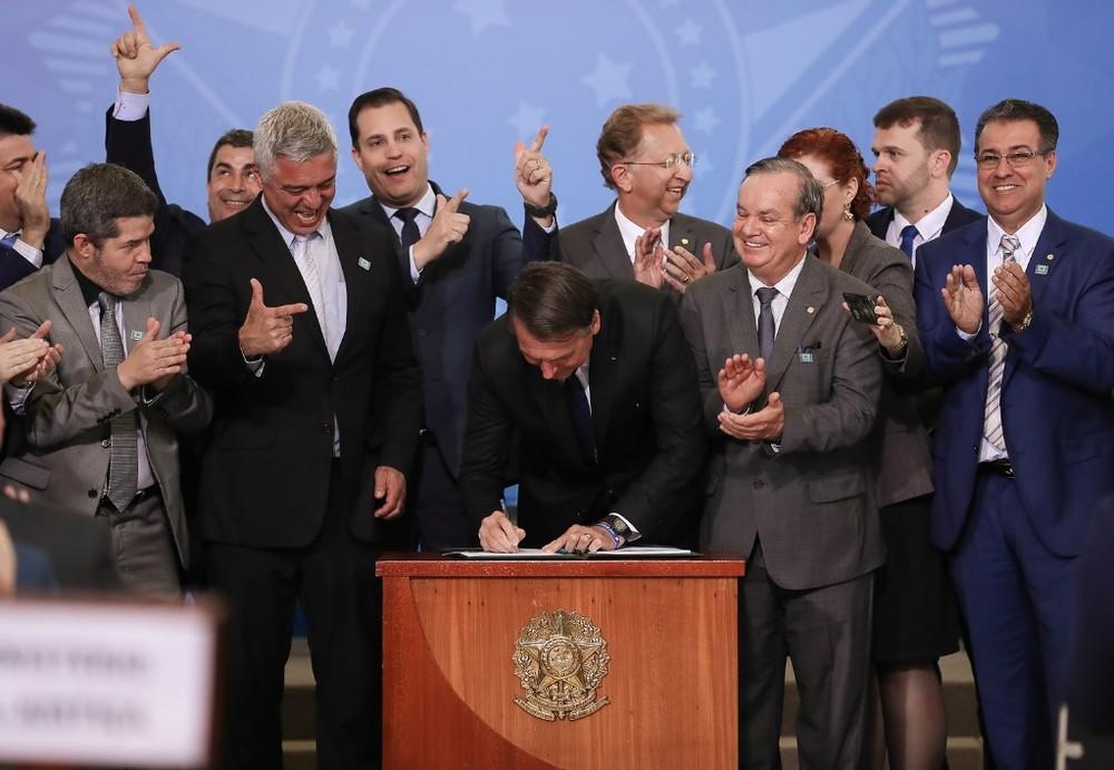 O presidente Jair Bolsonaro, no dia 7 de maio, ao assinar o decreto que mudou regras sobre uso de armas e de munições — Foto: Marcos Corrêa/PR
