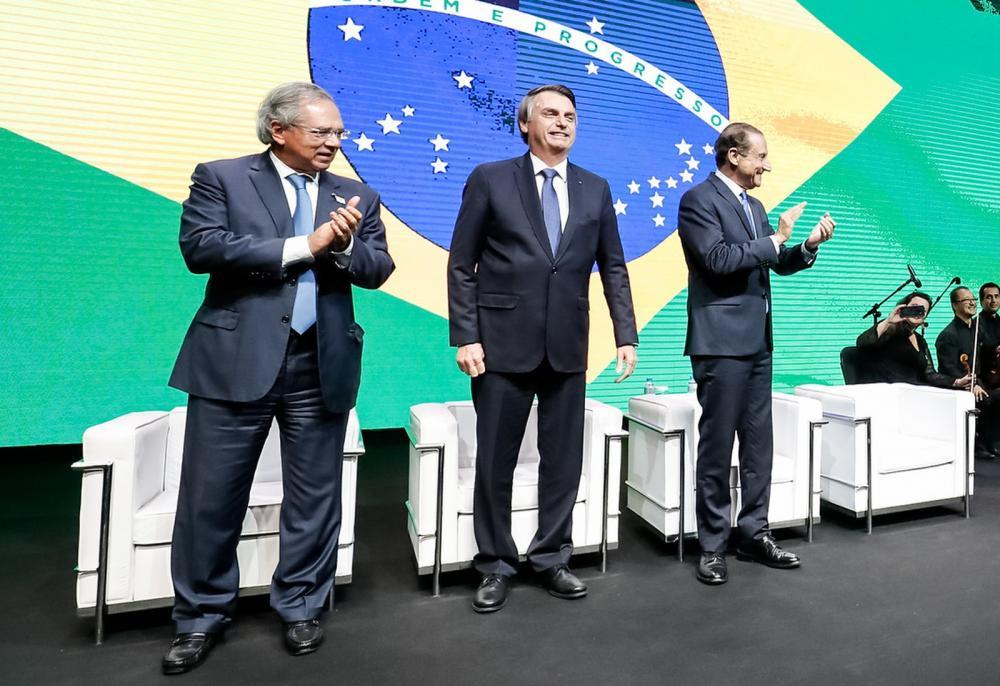 O presidente Jair Bolsonaro (centro), ao participar de evento na Fiesp, nesta terça (11); à esq. o ministro Paulo Guedes; à dir., o presidente da Fiesp, Paulo Skaf — Foto: Alan Santos/PR