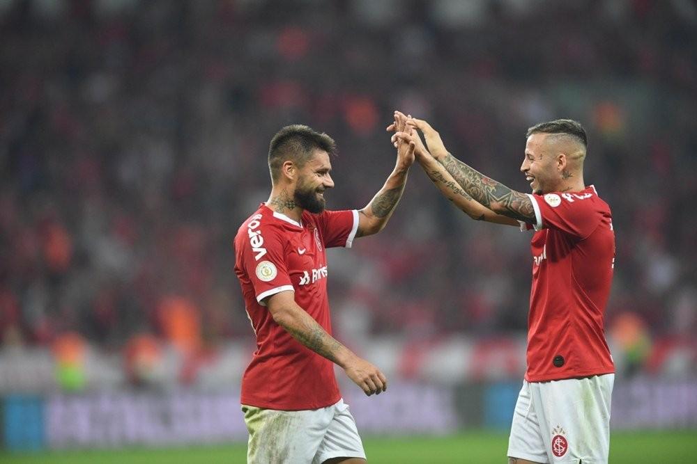 Sobis comemora gol com Nico López — Foto: Ricardo Duarte/DVG/Inter
