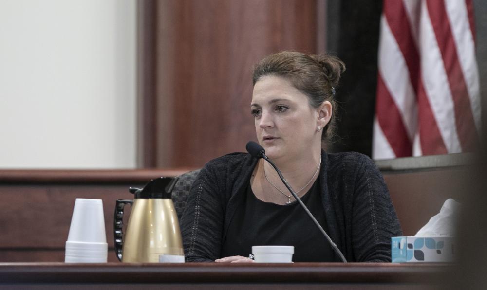 Amber Kyzer, mãe de cinco crianças assassinadas pelo pai, durante seu testemunho no tribunal do júri — Foto: Tracy Glantz/AP