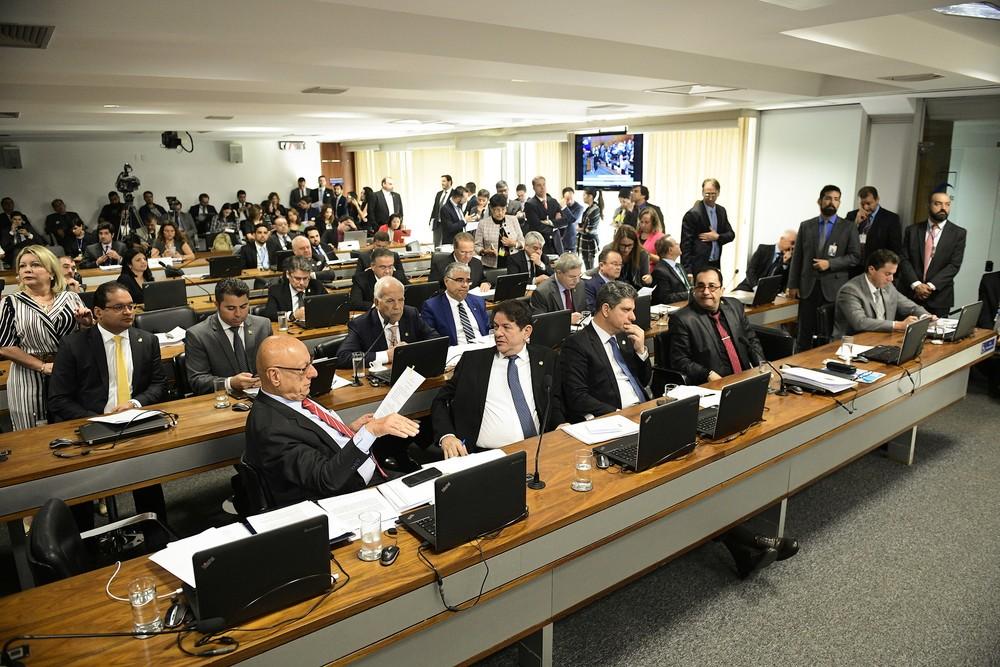 Senadores reunidos durante a sessão da CCJ na manhã desta quarta-feira (13) — Foto: Pedro França/Agência Senado