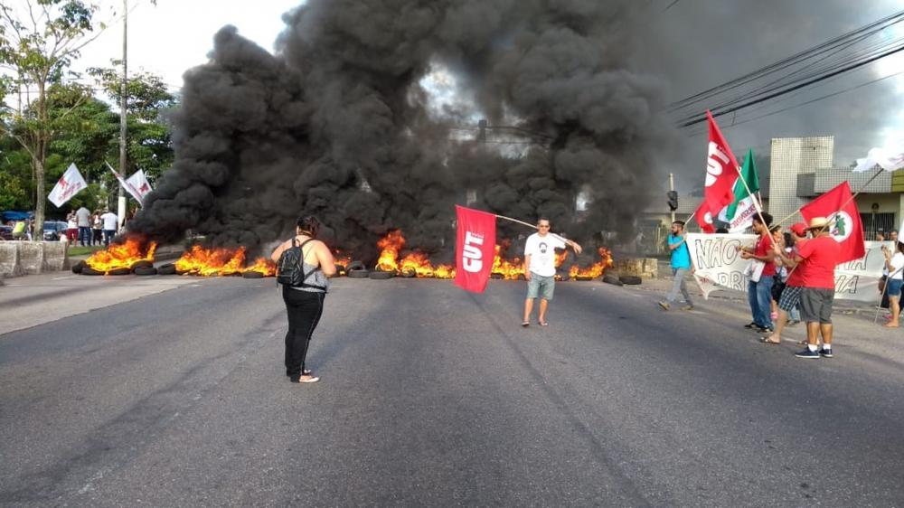 Manifestantes fecham avenida Almirante Barroso, em Belém — Foto: Reprodução/TV Liberal